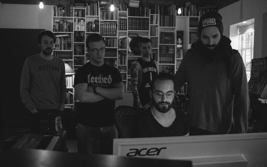 UNE MISÈRE schließen Arbeiten am Debüt ab, letzter Studio Teaser online