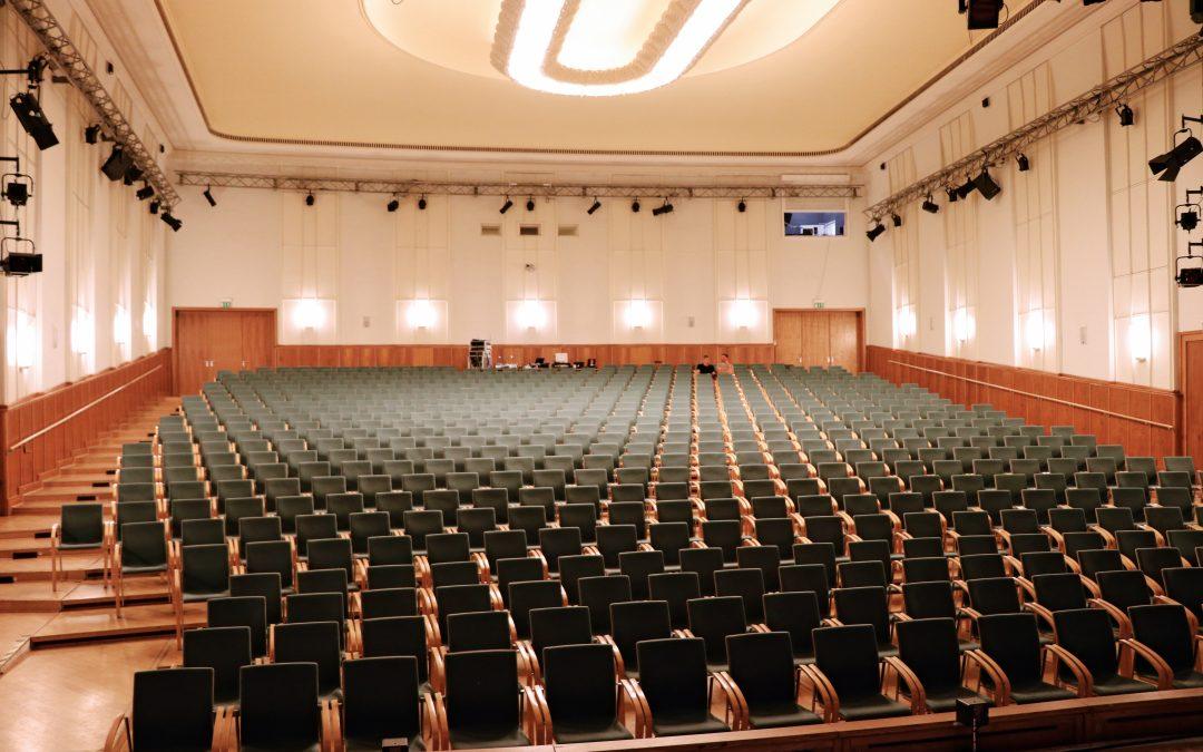 Das LINA System von Meyer Sound steht für den Klang im anspruchsvollen Theatersaal
