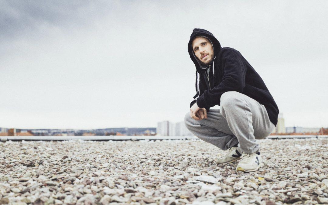 """Mal Élevé von Irie Révoltés ruft mit seinem ersten Solo-Album """"Résistance mondiale"""" den """"weltweiten Widerstand"""" aus"""