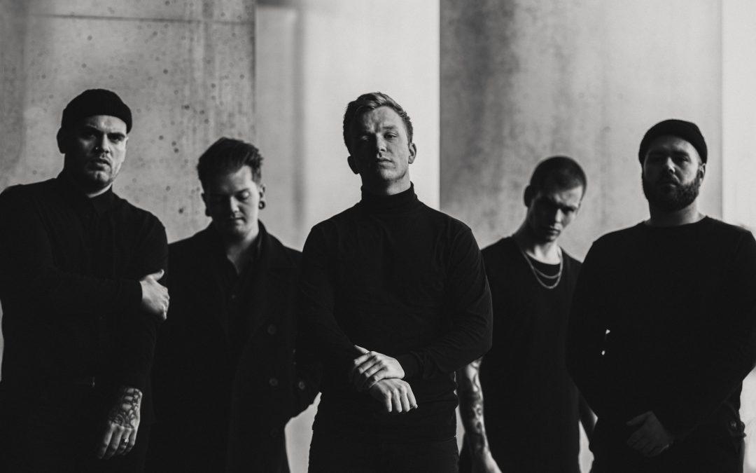 """UNE MISÈRE feiern das einjährige Jubiläum von """"Sermon"""" mit 2 neuen Live-Musikvideos zu 'Spiral' und 'Voiceless'"""