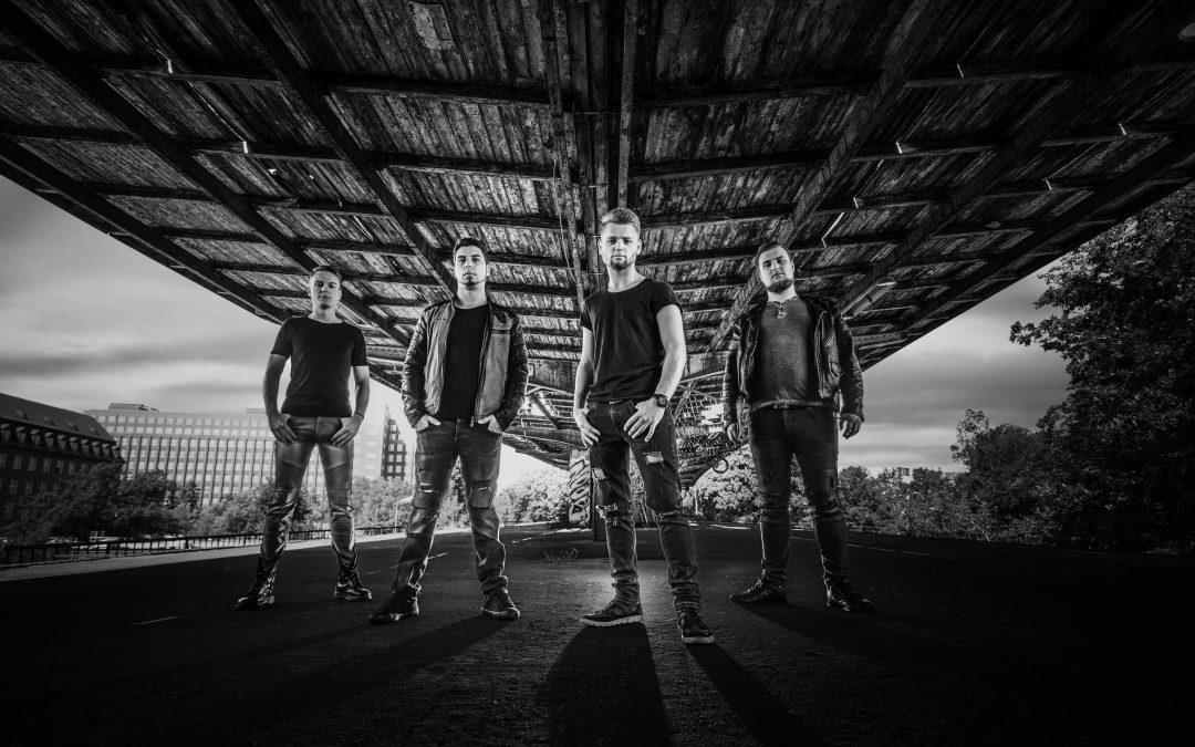 EXISTENT zeigen mit ihrer neuen Single 'Im Freien Fall' dem zunehmenden Rechtsruck in Europa den Mittelfinger